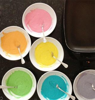 Разноцветное тесто для блинов